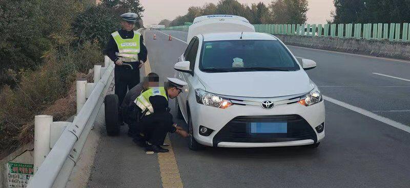 为群众排忧解难,安阳高速交警帮助换轮胎