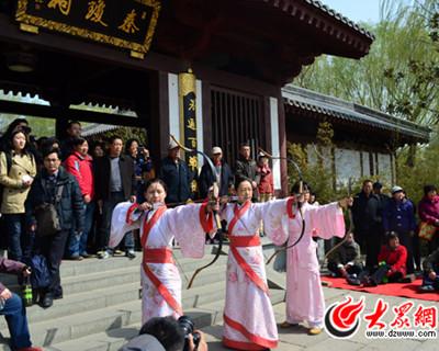 汉文化爱好者们着汉服赏樱游春